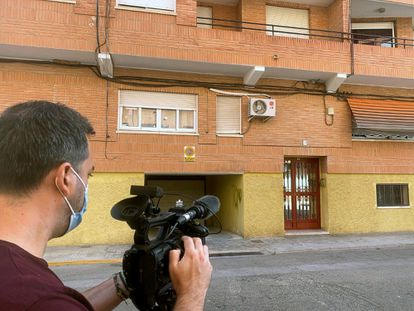 El portal del edificio de la localidad de l'Alcudia de Crespins (Valencia), donde la Guardia Civil halló el cadáver de una mujer que llevaba varios meses muerta.