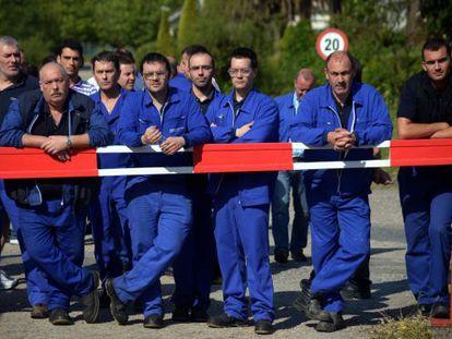 Obreros de la fábrica de armas de A Coruña, ante la puerta de la factoría