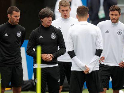 Löw dirige un entrenamiento de Alemania, en San Petersburgo.