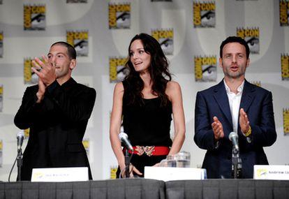 Los actores John Bernthal, Sarah Wayne Callies y Andrew Lincoln, en la presentación en la Comic-Con de San Diego de la segunda temporada de 'The walking dead.