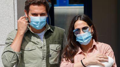 La cantante Malu, Albert Rivera y su hija Lucía, a la salida del hospital en Madrid el pasado 8 de junio.