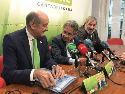 Los dirigentes del PRC José María Mazón, diputado en el Congreso del PRC, Miguel Ángel Revilla, presidente de Cantabria, y Fernando Fernández.