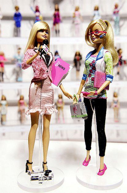 La muñeca Barbie, que el año pasado cumplió 50 años, ha afrontado esta nueva etapa de su vida añadiendo dos nuevas profesiones a su amplio currículum: ingeniera informática y reportera de televisión. Cerca de medio millón de <i>fans</i> de la muñeca más conocida del mundo han votado para elegir estas dos nuevas profesiones que han sido presentadas estos días en la gran feria del juguete de Nueva York y serán lanzadas este año. Las otras opciones, al parecer no tan atractivas, eran arquitecto, ecologista, cirujana.