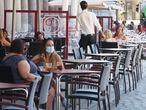 Varias personas disfrutan en una terraza en las inmediaciones de la Plaza Mayor de Valladolid, Castilla y León (España), a 3 de septiembre de 2020. Durante el primer día en el que la ciudad y la vecina Salamanca han retrocedido a causa de los brotes de coronavirus a una situación similar a la de la fase 1. Desde hoy, ambas ciudades tendrán restringidas actividades como los velatorios, el culto religioso, la hostelería (no se permite el consumo en barra), el ocio (límite de 25 personas en espacios cerrados y de 50 al aire libre) y las reuniones familiares, prohibidas para más de diez personas. 03 SEPTIEMBRE 2020 COVID-19;PANDEMIA;ENFERMEDAD Photogenic/M.A Santos / Europa Press 03/09/2020