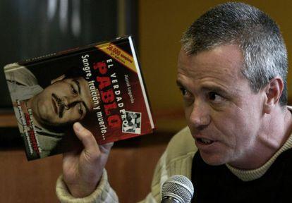 Popeye con un libro sobre el narcotraficante Pablo Escobar
