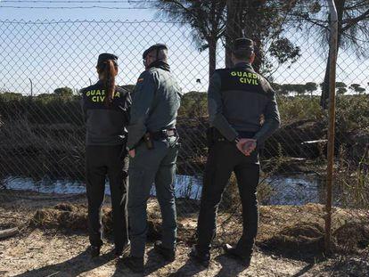 En foto, agentes de la Guardia Civil junto una balsa ilegal en Lucena del Puerto (Huelva), junto al parque de Doñana. En vídeo, así se roba el agua subterránea en España.