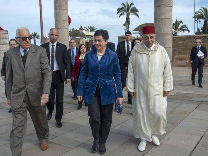 La ministra de Exteriores, Arancha González Laya, en la visita al Mausoleo del Rey Mohamed V este viernes en Rabat. En vídeo, declaraciones del ministro de Exteriores marroquí.