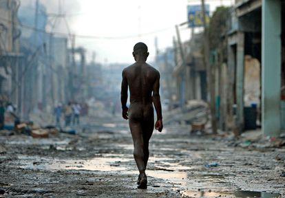 Un joven trastornado pasea desnudo por una calle del Down Towm de Puerto Príncipe (Haití), días después del terremoto que asoló el país. La fotografía fue tomada el 4 de febrero de 2010.