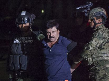 El narcotraficante Joaquín 'El Chapo' Guzmánes es conducido a un helicóptero de la Marina Armada de México, en la capital mexicana.
