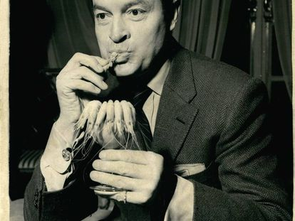 El actor Bob Hope come unas gambas durante la presentación de una película en 1955.