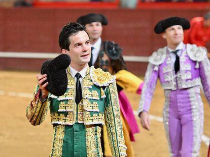 Juan del Álamo da la vuelta al ruedo tras la lidia del quinto toro.