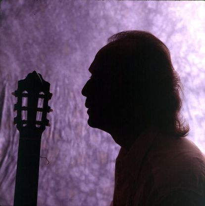 Retrato a contraluz de Paco de Lucía junto a su guitarra en 1994.