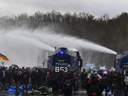 La policía trata de dispersar a manifestantes contrarios a las restricciones contra la covid-19, el miércoles en Berlín.