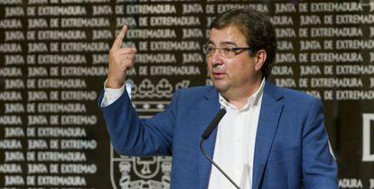 El presidente de la Junta de Extremadura, Guillermo Fernández Vara, en una de rueda de prensa ayer.