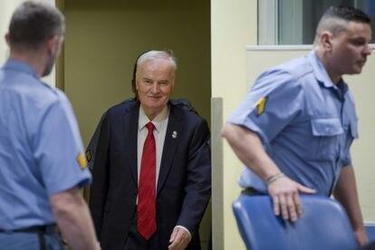 Ratko Mladic entra en la sala para escuchar el veredicto del Tribunal Penal Internacional para la antigua Yugoslavia, en 2017 en La Haya.