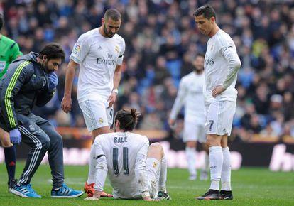 Gareth Bale, sentado en el suelo, después de pedir el cambio.