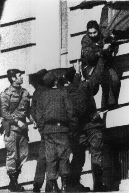 Varios guardias civiles abandonan el Congreso por una ventana, horas antes de la rendición del teniente coronel Tejero.