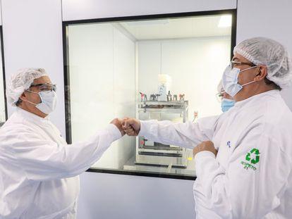 El canciller mexicano, Marcelo Ebrard (derecha), y el presidente de Argentina, Alberto Fernández, durante la visita al laboratorio de Liomont en febrero pasado.