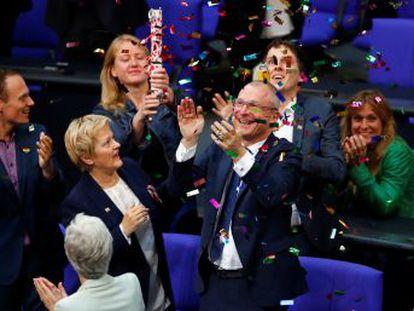 El parlamento alemán saca adelante la iniciativa con 393 votos a favor. Merkel y otros 225 parlamentarios ha votado en contra