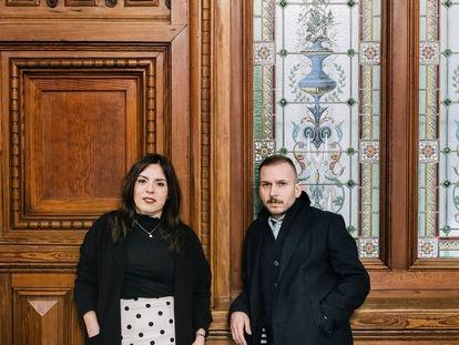 Aitana Castaño y Alfonso Zapico, autores de 'Carboneras' y 'Los niños de humo' en la biblioteca Bidebarrieta del Casco Viejo de Bilbao.