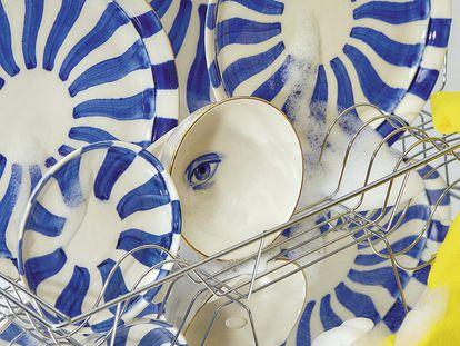 Platos de porcelana con trampantojos de ALFAR 8. El estudio donde Ignasi Monreal y Jack Wooley trabajan juntos.