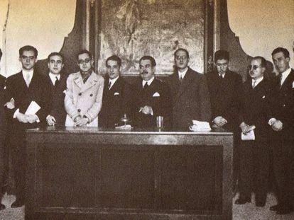 Celebración del tricentenario de Góngora en el ateneo de Sevilla en diciembre de 1927. De izquierda a derecha, Rafael Alberti, Federico García Lorca, J. Chabás, M. Bacarisse, José María Martínez, M. Blasco Garzón, Jorge Guillén, José Bergamín, Dámaso Alonso y Gerardo Diego.