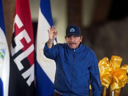 Daniel Ortega saludando a sus seguidores en un acto público.
