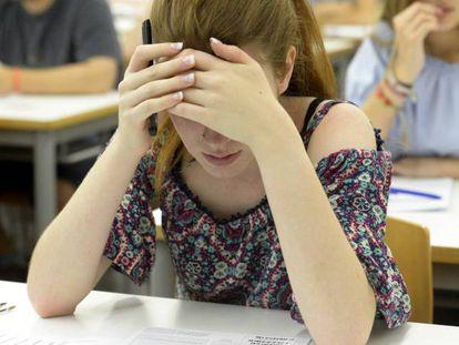 Una joven, concentrada, durante el examen de Selectividad en la Universidad de Valencia.