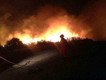 Labores de extinción en el incendio de Xàbia durante la noche del jueves en una imagen de la Unidad Militar de Emergencias (UME).