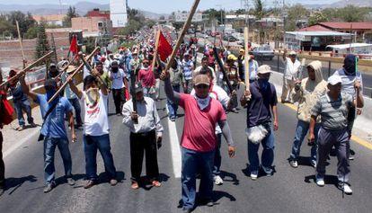 Marcha de maestros en la autopista del Sol el pasado 4 de abril.