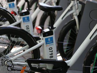 Detalle de unas bicicletas anclada en una de las estaciones de BiciMAD.