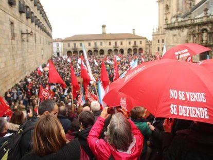 Los manifestantes por la sanidad pública este domingo en la Praza da Quintana de Santiago.