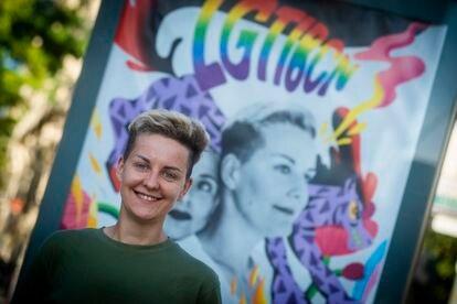 La refugiada LGTBIQ+ Kate posa delante de la campaña de sensibilización del Ayuntamiento de Barcelona de la que formó parte junto con su novia.