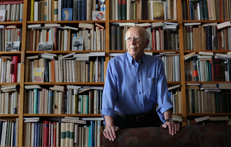 El filosofo Emilio Lledó en su casa de Madrid en 2018.