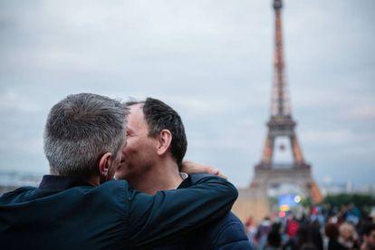 Dos hombres se besan en la plaza del Trocadero, en París.