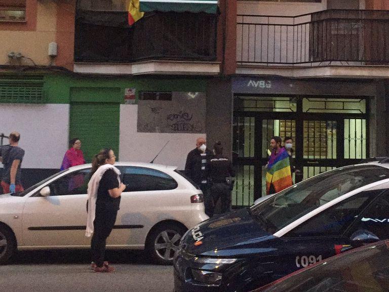 Detalle de la foto de Alex Roga en la que capta la intervención de la policía ante una agresión LGTBIfóbica en Arganzuela.