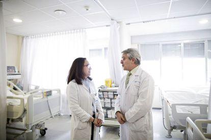 Los doctores Fuentes (izquierda) y Díez Tejedor, en la unidad de ictus del hospital La Paz, en Madrid.