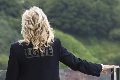 """Detalle de la chaqueta de Jill Biden donde se lee la palabra 'Love', """"amor"""", en Cornualles, el 10 de junio de 2021."""
