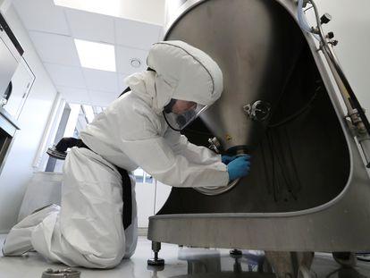 Un científico manipula un instrumento para la producción de secuencias de ARN.
