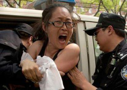 La policía se lleva a una manifestante del hospital donde está Chen.