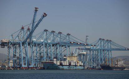 Vista general de grúas y contenedores en el puerto de Algeciras (Cádiz).