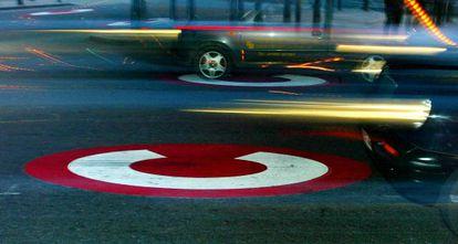 Unos coches pasan la marca de la zona de alta congestión en Londres.