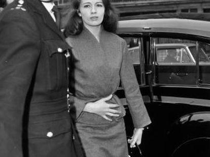Christine Keeler, involucrada en el escándalo sexual conocido como Profumo Affair, llega a declarar en octubre de 1963.