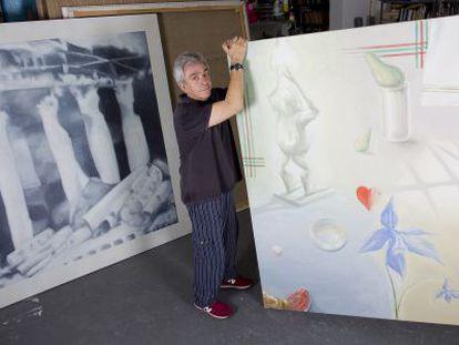 Chema Cobo, en su estudio entre dos de sus obras.