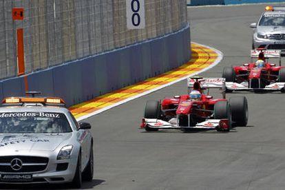 Fernando Alonso y Felipe Massa detrás del coche de seguridad<i>.</i>