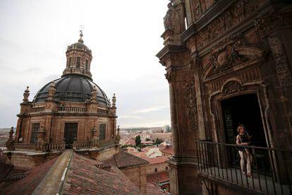 Una turista contempla las vistas de Salamanca desde las torres de la Clerecía.
