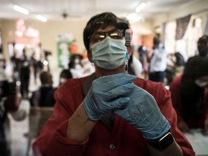Un practicante prepara la vacuna de Johnson & Johnson contra la covid-19 en un centro de salud público en Klerksdorp, Sudáfrica, el 21 de febrero de 2021.