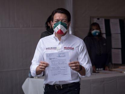 Mario Delgado muestra su constancia de registro como candidato a la presidencia de Morena.