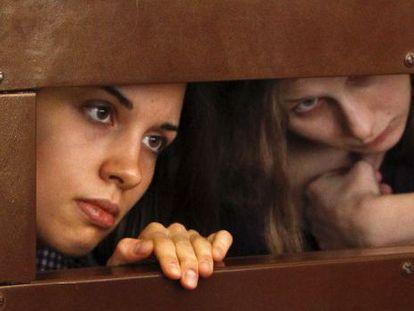 Tolokonnikova, izquierda, y Aliójina, durante el juicio.