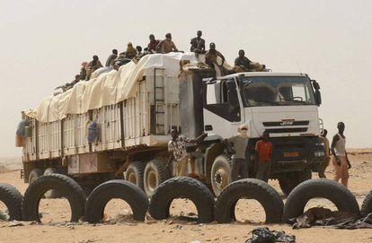 En la imagen, uno de los camiones de transporte espera paso en un 'check point' de la policía nigerina.
